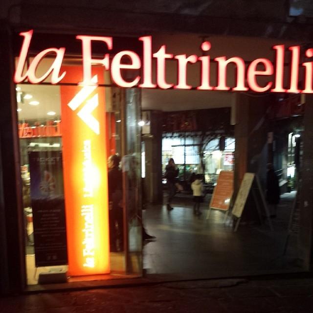 #napoli #city #italy #naples #napolipix #napolinstagram @napolipix #feltrinelli #libreria
