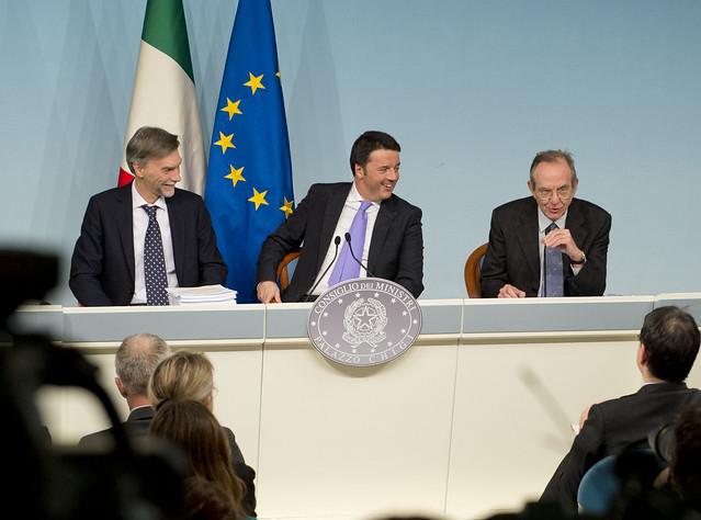 Renzi e Padoan annunciano 80 euro alle neomamme e 800mila nuovi posti di lavoro