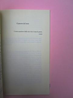 Roland Barthes, Variazioni sulla scrittura. Einaudi 1999. [Responsabilità grafica non indicata]. Titolo del secondo testo, con dedica in esergo: pag. 731 (part.), 1