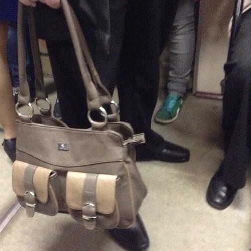 Может, я чего не понимаю? В метро встретила мужчину, лет 55, в приличной недешевой деловой одежде, и вот такая сумочка))) Я отстала от жизни? Это мужская сумка?)))