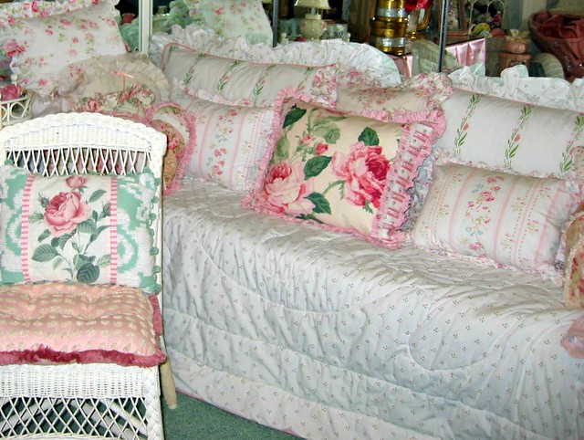 Daybed definition meaning for What does shabby mean