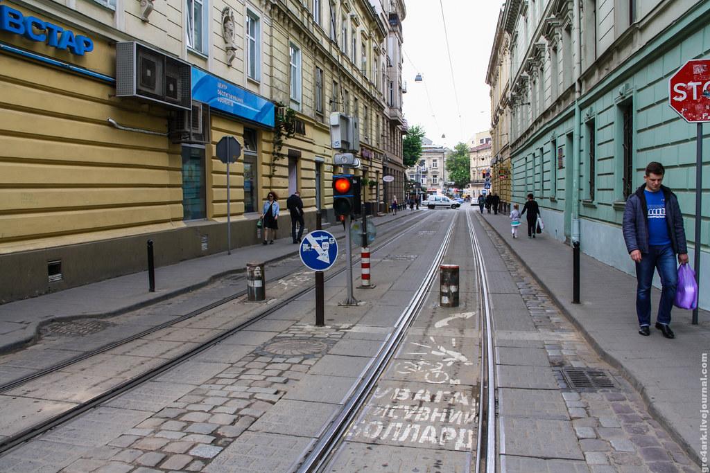 Львов, проезд в центр по узкой улице только для трамвая