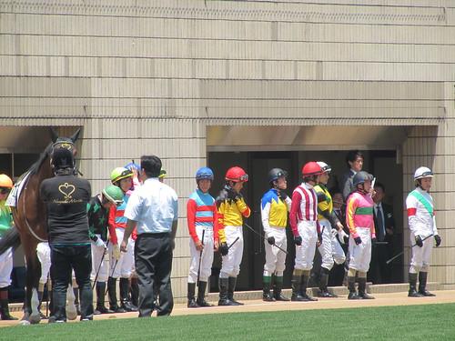 京都競馬場のパドックでのジョッキー整列