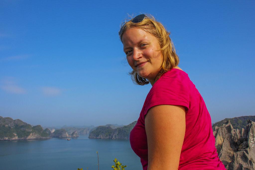 Bestigning af drageskabte klipper på Monkey Island på mit Halong Bay cruise
