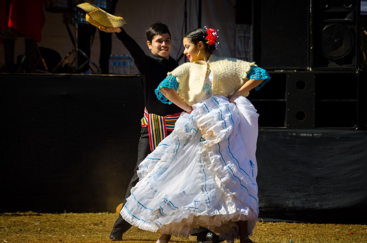 Jóvenes danzan música paraguaya durante la apertura de la jineteada en el sector principal de la fiesta Ovecha Rague el pasado 12 de junio en la ciudad de San Miguel, departamento de Misiones. (Elton Núñez)