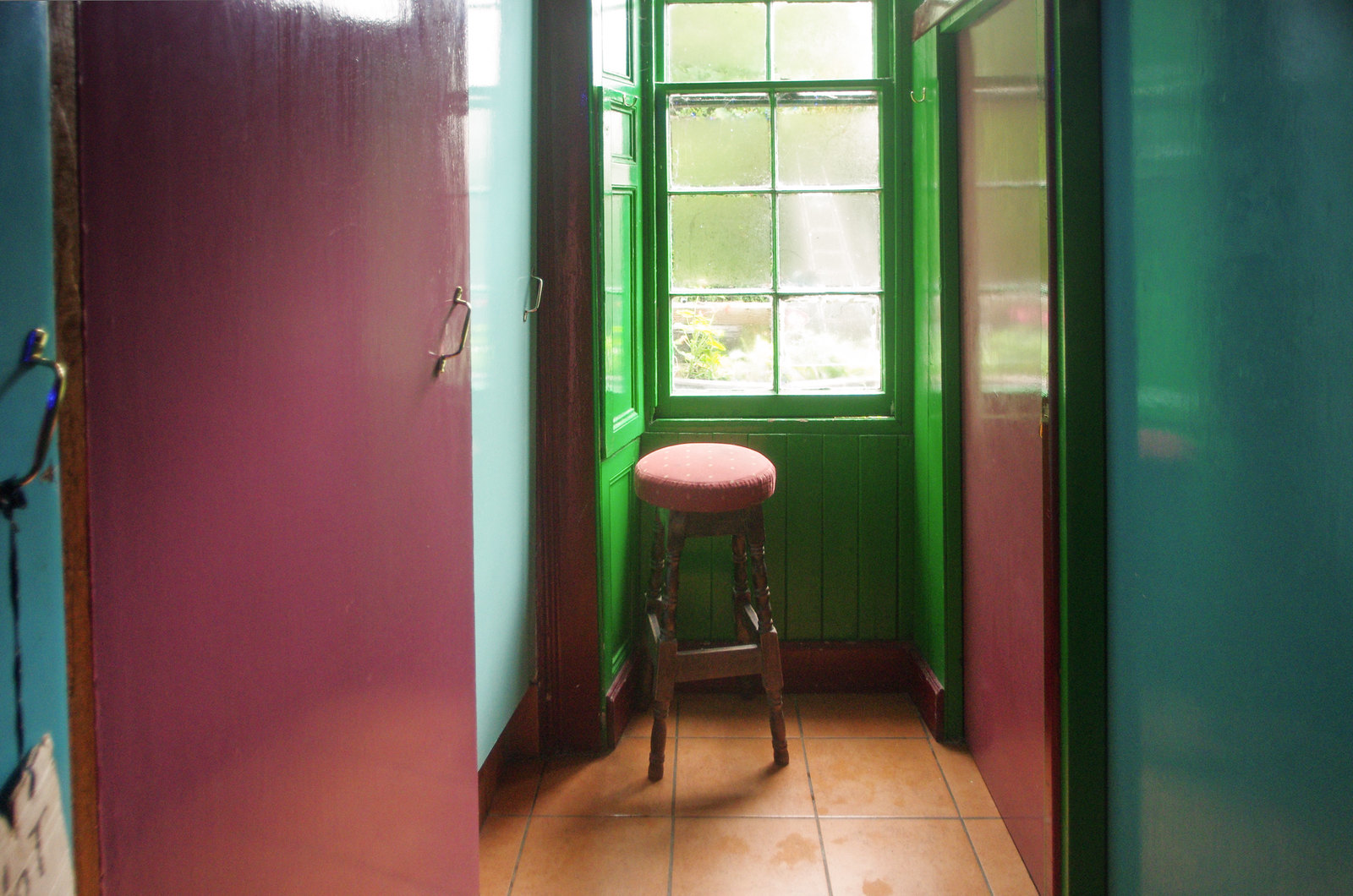 Une salle de bain en couleur