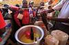 Ground nut oil is one of the 14 food items available.  ‾‾‾‾‾‾‾‾‾‾‾‾‾‾‾‾‾‾‾‾‾‾‾‾‾‾ L'huile d'arachide est l'un des quatorze produits alimentaires disponibles.  Photo credit: WFP/Mohamed Nureldin Abdallah