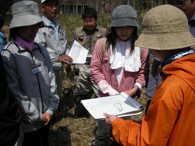 班ごとに分かれ,調査のルート確認.2班はハードコースだった.