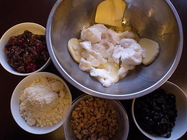 <p>d)ラムレーズン・やクルミ、バター、強力粉など、本捏の材料たち!</p>