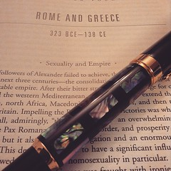 Acá leyendo sobre historia, imperialismo y sexualidad. Amo leer!  #history #imperialism #rome #worldhistory #philosophy #sexuality #civilization #reading #reader #montblanc #Fountainpen