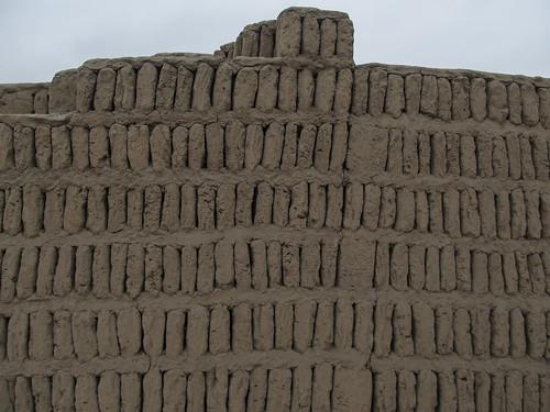 La Huaca  Pucllana: briques en adobe posée verticalement et espacées les unes des autres. Très ingénieux système antisismique.