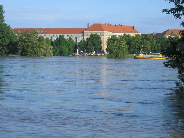 Johannstädter Elbufer von der anderen Flußseite aus gesehen