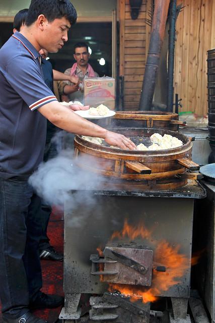 Uyghur dumpling restaurant, Urumqi ウルムチ、マンタ(ウイグル肉まん)のレストラン