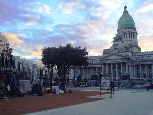 пристанище бездомних навпроти будівлі парламенту
