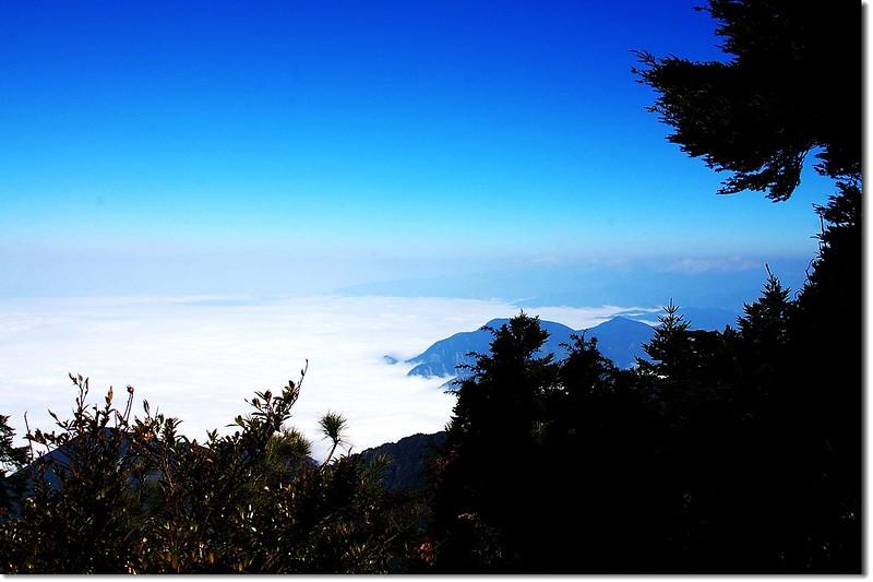 西巒大山山頂北望日月潭方向