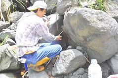 kanew正耐心地承接涓滴的鹽泉,圖片來源:劉軒含