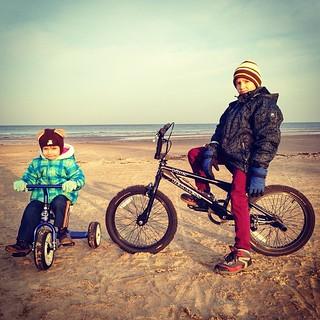 Šogad izmaiņas Ziemassvētku programmā. Pikošanās vietā vizināmies ar velosipēdiem gar jūru.