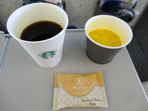 CAさんオススメのパンプキンポタージュとスタバのコーヒー