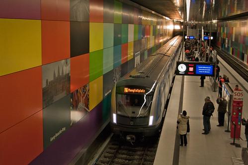 U-Bahnzug 701 fährt in den Bahnhof Georg-Brauchle-Ring ein