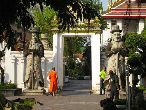 Monje caminando en Wat Pho