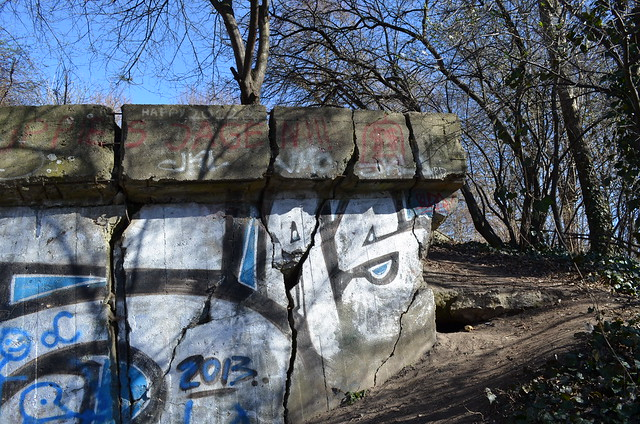 Volkspark Friedrichshain Berlin_cracked graffiti bunker wall