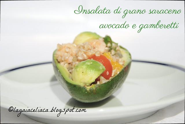 insalata di grano saraceno, avocado e gamberetti