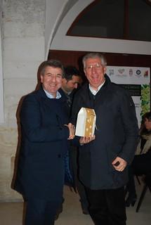 Il sindaco Romagno consegna il fischietto al sindaco Coppi
