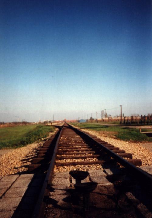 Vías de ferrocarril en Birkenau. © Paco Bellido, 1995
