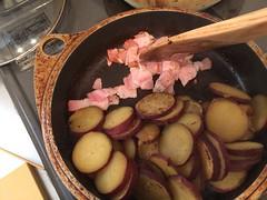 さつまいもを片側に寄せ、ベーコンを炒め、粗挽きこしょうを加えます