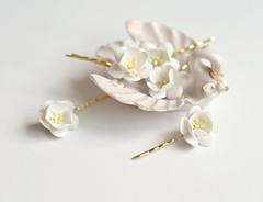 pearl(0.0), jewellery(0.0), gemstone(0.0), brooch(0.0), earrings(0.0), flower(1.0), yellow(1.0), white(1.0), headpiece(1.0), petal(1.0),