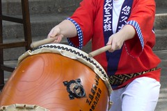 hand drum(0.0), string instrument(0.0), barrel drum(1.0), drum(1.0), skin-head percussion instrument(1.0),