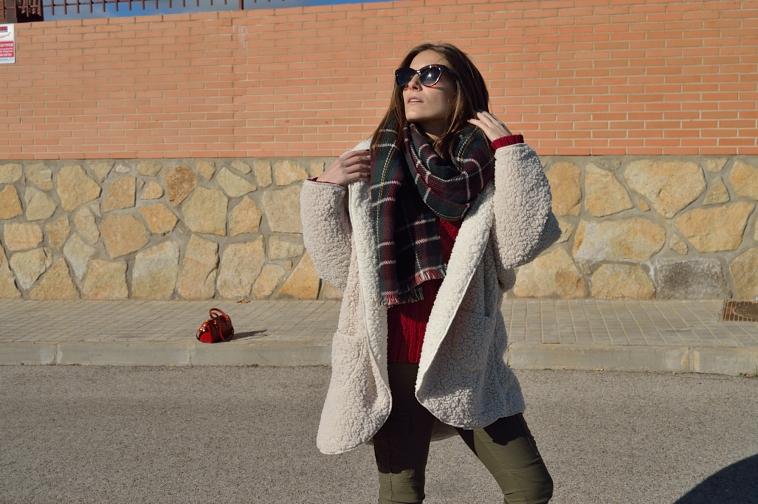 lara-vazquez-madlula-streetstyle-fashion-blogger-casual-burgundy-green-outfit-cozy-coat