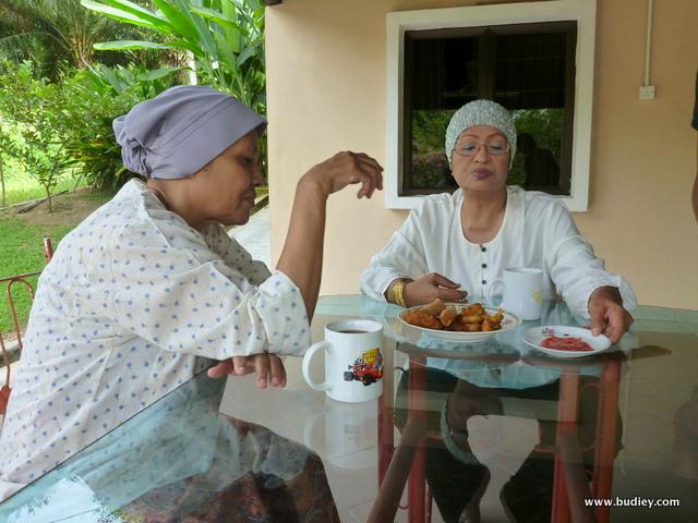 Ku Fridah dan Fauziah Nawi bersahabat dalam Alahai Omak