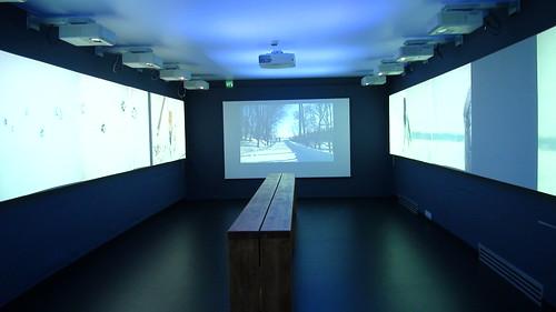 展場中的長木椅,讓人可坐在那裡欣賞四周環繞的赫爾辛基附近生態風景 攝影翠珊