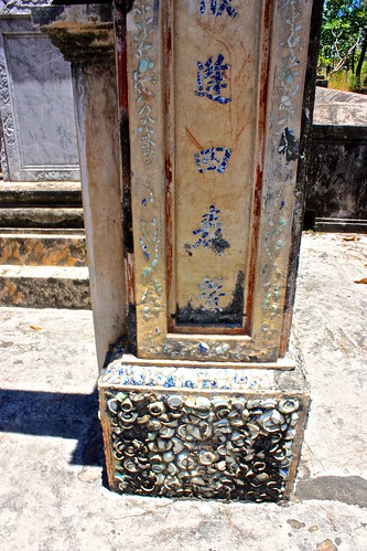 some tombs were decorated with china broken into pieces