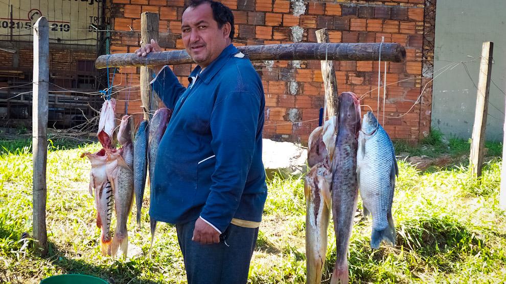 Un pescador recorre el centro de San Lorenzo para ofrecer sus pescados, el tamaño de sus productos impresionan a la gente (Elton Núñez).