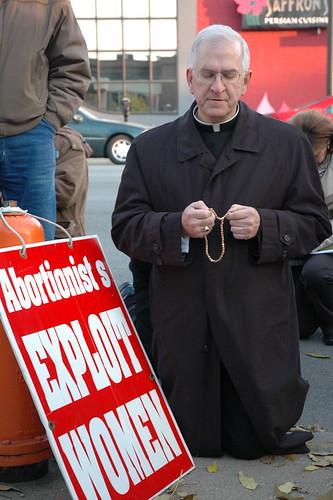 El arzobispo Joseph E. Kurtz de Louisville arrodillado rezando en oración delante de una clínica abortista en el centro de Louisville, el 10 de noviembre con 300 pro-vida del sur de Indiana y Kentucky