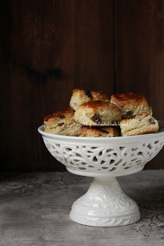 Scones all'uvetta e noci