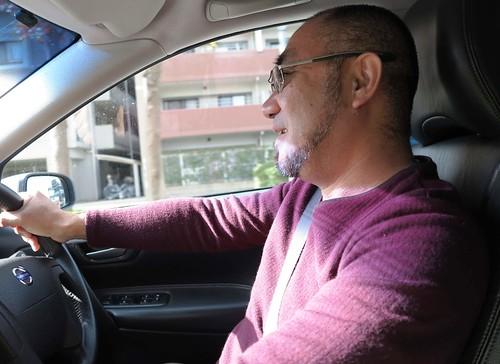 開車中的大谷博士。攝影:范欽慧。