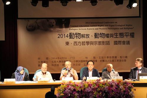 由左至右:馬來西亞伊斯蘭教研究中心副主任Azizan Baharuddin、中研院副研究員錢永祥教授、國際入世佛教協會(INEB)創辦人Sulak Sivaraksa、柏林應用倫理學及動物保護研究與諮詢中心創辦人Jörg Luy
