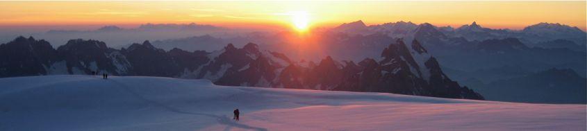 Sonnenaufgang bei der Längsüberschreitung des Montblanc, 4810 m, rechts der Sonne das Wallis. Foto: Archiv Härter.