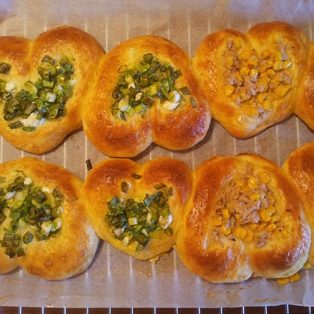 20130915 早起晨跑後將冰箱中的麵團拿出來整型二度發酵,抓緊時間洗個澡打杯蔬果汁,放著季小薇的歌烤著麵包,我好幸福。(今日麵包醜醜)