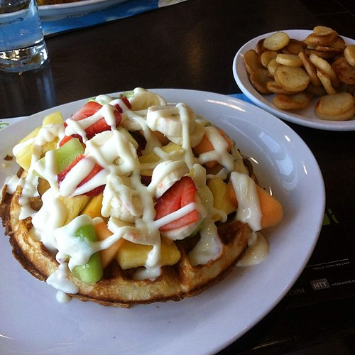 Waffle with fruit and English cream from Tutti Frutti. by raise my voice