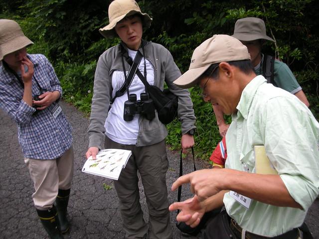 鳥がどんなところに生息しているのか,どんな大きさなのか,どんなものを食べているのか・・など参加者からの質問に答える上野先生.