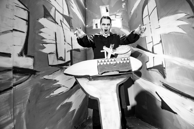 John Bock Im Schatten der Made Foto: Jan Windszus © John Bock, 2013, Courtesy: Anton Kern, NY; Sprüth Magers Berlin; Giò Marconi, Mailand; Sadie Coles HQ, London; Regen Projects, LA