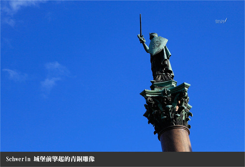 城堡前擎起的青銅雕像