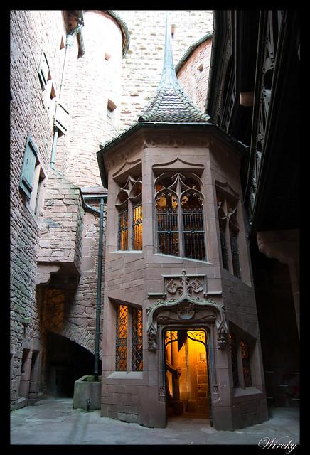 Torre con escalera poligonal
