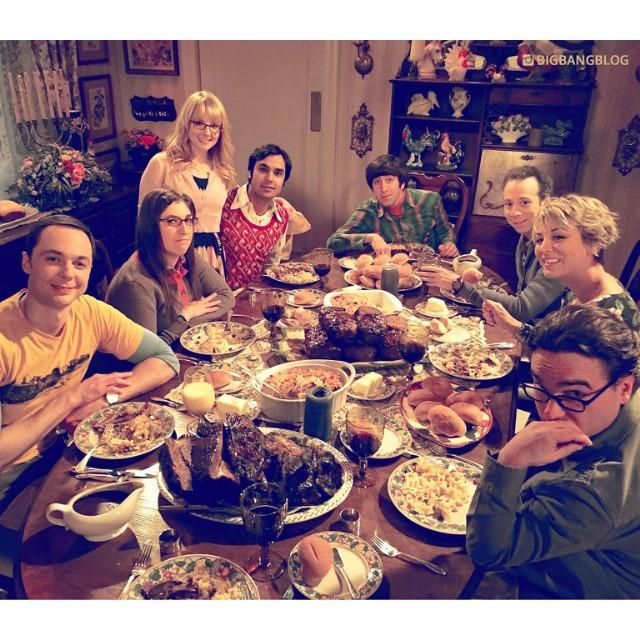 Mayim ha compartido esta genial foto del elenco de The Big Bang Theory, que tomó durante un descanso de las grabaciones. Perfecta. #tbbt #mayimbialik #sheldoncooper #leonardhofstadter #penny #pennyhofstadter #howardwolowitz #bernadetterostenkowski #Bernad