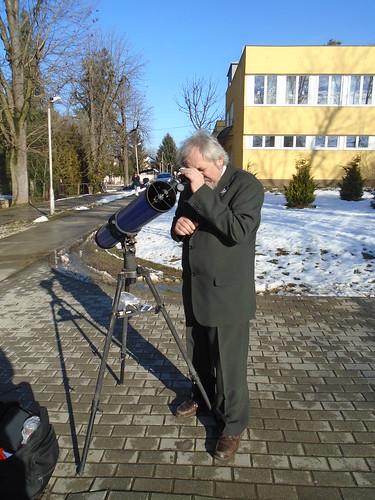 Simon Mihály, az iskola igazgatója észlelés közben.