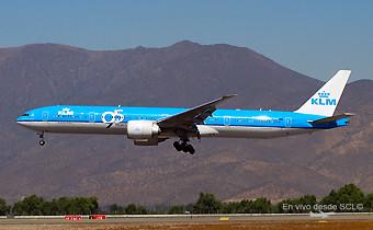 KLM B777-300ER landing SCL (RD)